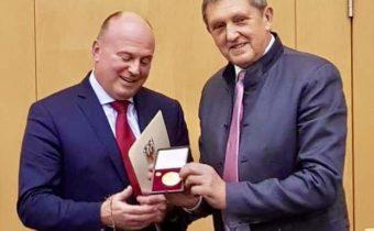 Goldenen Ehrenmedaille für Hartmut Koschyk